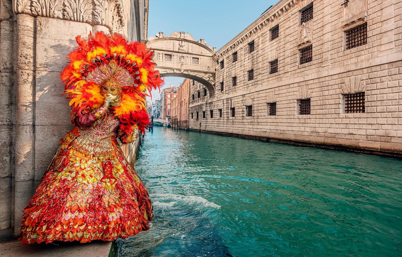 Фото обои девушка, стиль, перья, платье, маска, Италия, Венеция, карнавал, Дворцовый канал, Мост Вздохов, карнавальный наряд