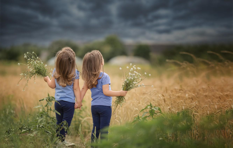 Фото обои поле, небо, трава, тучи, природа, дети, девочки, сестрёнки, близнецы, букетики