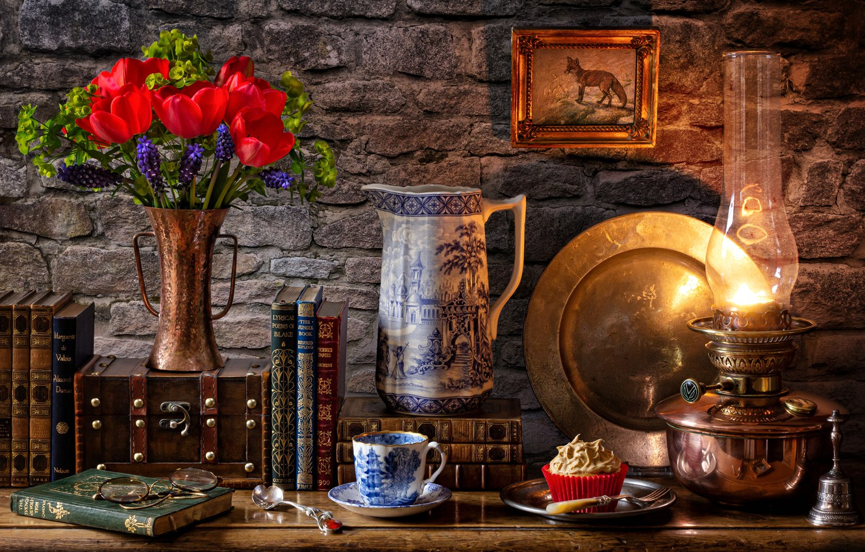 Фото обои цветы, стена, книги, лампа, чашка, тюльпаны, ваза, кувшин, натюрморт, картинка, десерт, мускари, блюдо