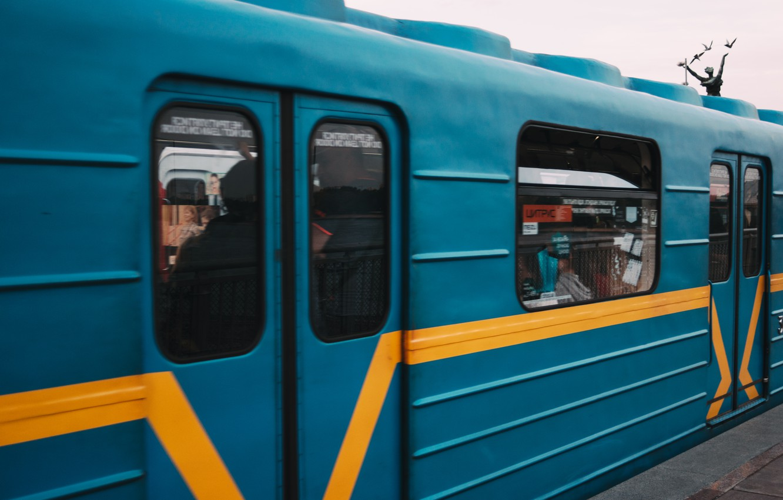 Фото обои движение, люди, метро, станция, реклама, вагон, тени, Киев, днепр, Київ, рух, дніпро