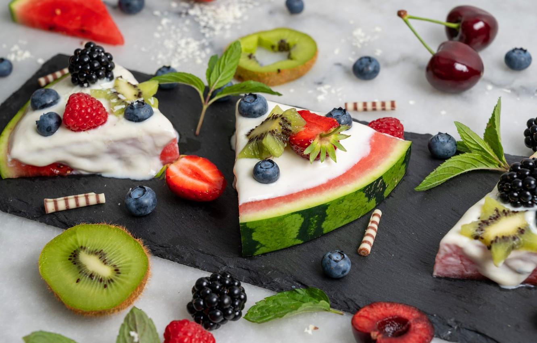 Фото обои вишня, ягоды, малина, стол, арбуз, киви, печенье, черника, клубника, кусочки, светлый фон, мята, крем, много, …