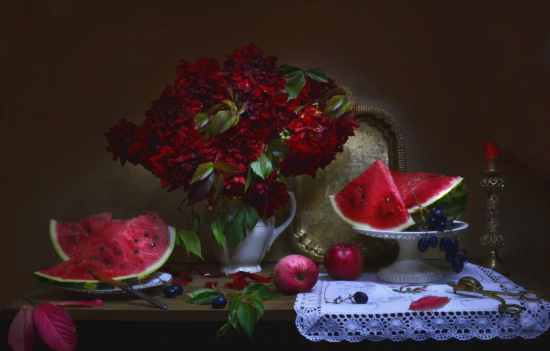 Фото обои листья, цветы, ягоды, яблоки, свеча, арбуз, тарелка, виноград, нож, кувшин, фрукты, натюрморт, салфетка, поднос, вазочка, …