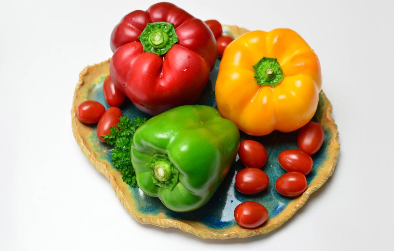 Фото обои тарелка, белый фон, перец, помидорки