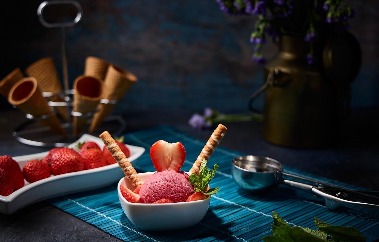 Фото обои ягоды, клубника, натюрморт, клубничное мороженое, вафельные рожки
