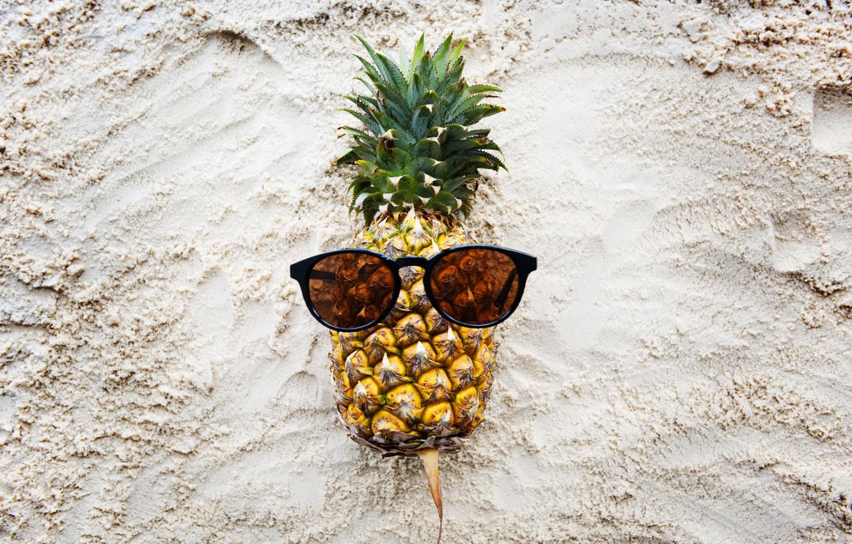 Фото обои песок, пляж, лето, отдых, очки, summer, ананас, beach, каникулы, sand, paradise, pineapple, tropical, sunglasses