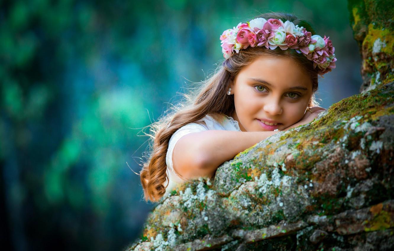 Фото обои взгляд, цветы, лицо, улыбка, настроение, девочка, венок, локоны