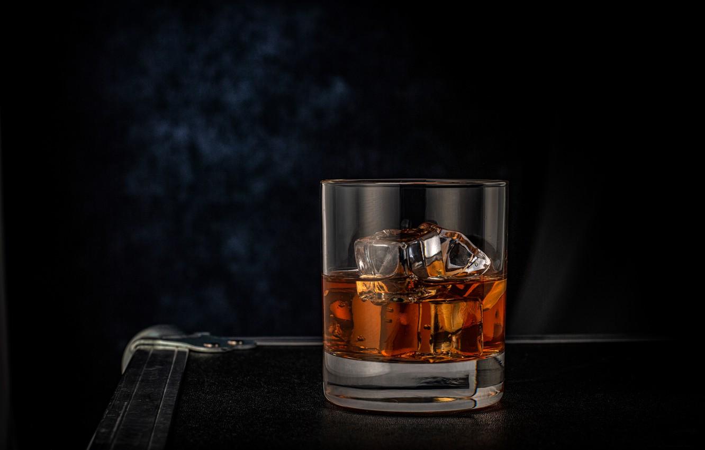Фото обои стакан, лёд, виски, тёмный фон