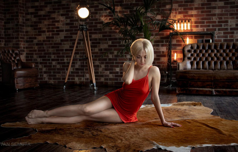 Фото обои поза, лампы, диван, стены, модель, портрет, кресло, макияж, фигура, платье, прическа, блондинка, шкура, ножки, сидит, …