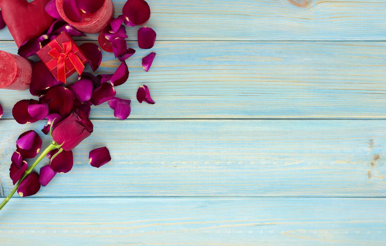 Фото обои подарок, розы, лепестки, красные, red, love, wood, flowers, romantic, valentine's day, petals, roses, gift box