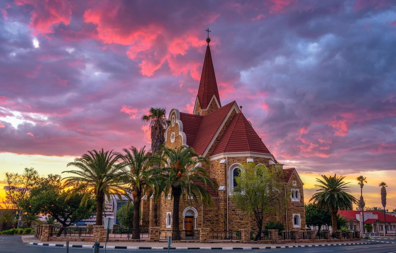 Фото обои дорога, закат, тучи, город, пальмы, вечер, церковь, архитектура, Намибия, столица, Виндхук