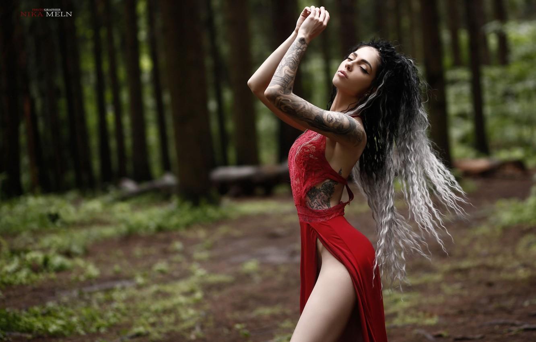 Фото обои лес, девушка, поза, руки, тату, кудри, длинные волосы, закрытые глаза, Ника Мельн, Милена Кравцева