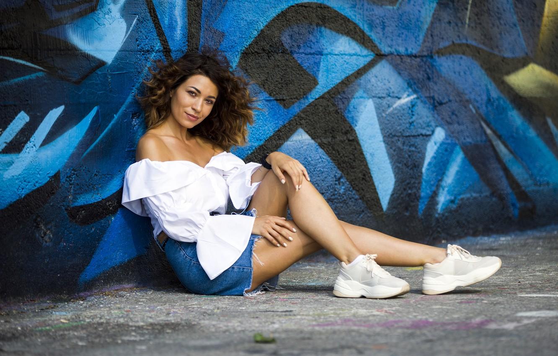 Фото обои девушка, стена, граффити, модель, Cristina