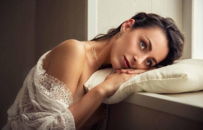 Фото обои взгляд, девушка, украшения, окно, плечо, Pablo Canas