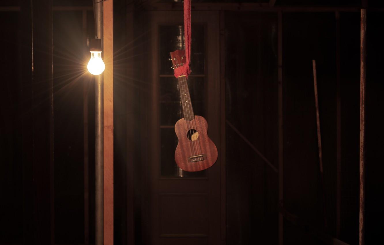 Фото обои лампочка, свет, ночь, музыка, смерть, фото, страх, настроение, тьма, теплица, тишина, рука, струны, мистика, шарф, …