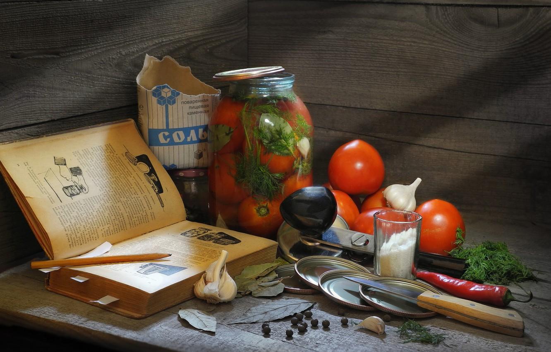 Фото обои зелень, стакан, доски, укроп, нож, банка, книга, перец, пачка, овощи, помидоры, чеснок, соль, лавровый лист, …