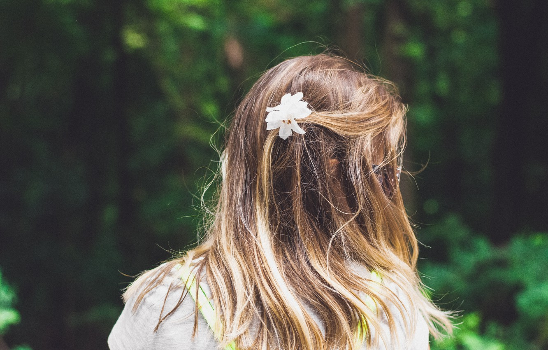Фото обои Девушка, очки, цветок в волосах