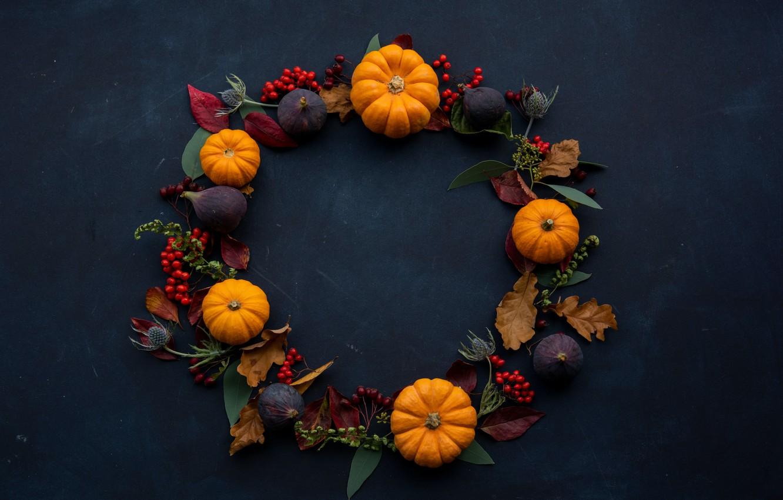 Фото обои листья, поверхность, фон, праздник, тыквы, хэллоуин, halloween, венок, рябина, сухоцветы