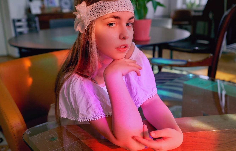 Фото обои взгляд, девушка, платье, блондинка, повязка, столик, Александр Гранкин