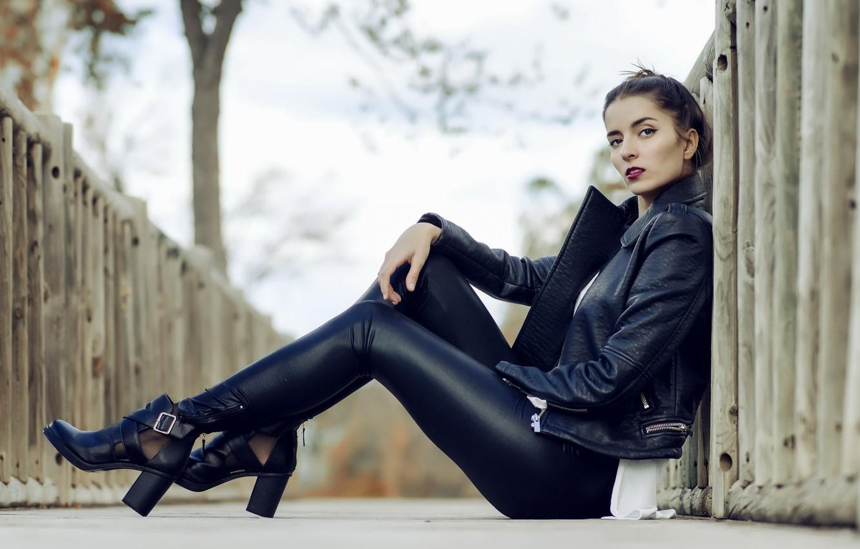Фото обои брюнетка, прическа, латекс, каблуки, сидит, черная куртка, памада