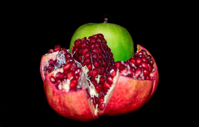 Фото обои темный фон, яблоко, зеленое, семечки, алые, гранат