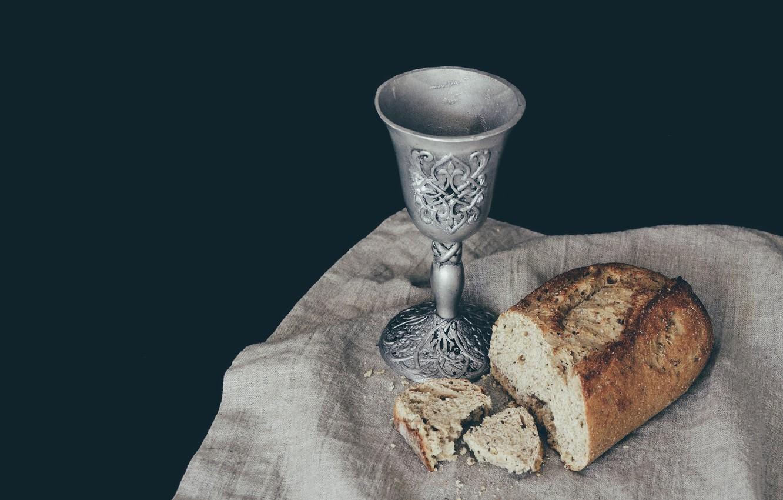 Фото обои темный фон, вино, бокал, полотенце, хлеб, ткань, символика, кусок, старинный, разломленный