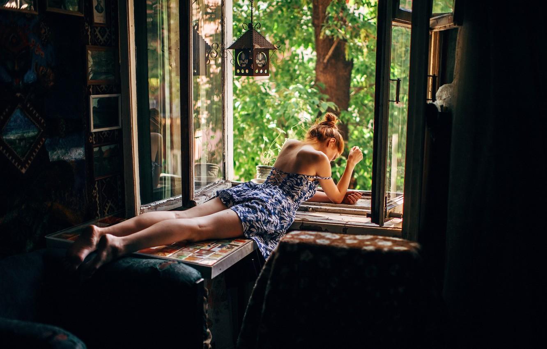 Фото обои девушка, деревья, поза, комната, модель, макияж, фигура, платье, окно, прическа, лежит, подоконник, шатенка, ножки, Marat …