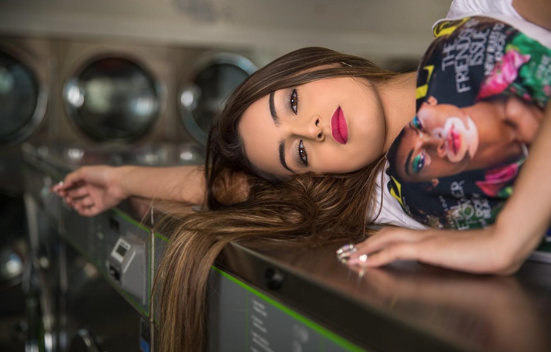 Фото обои взгляд, девушка, лицо, лежит, красотка