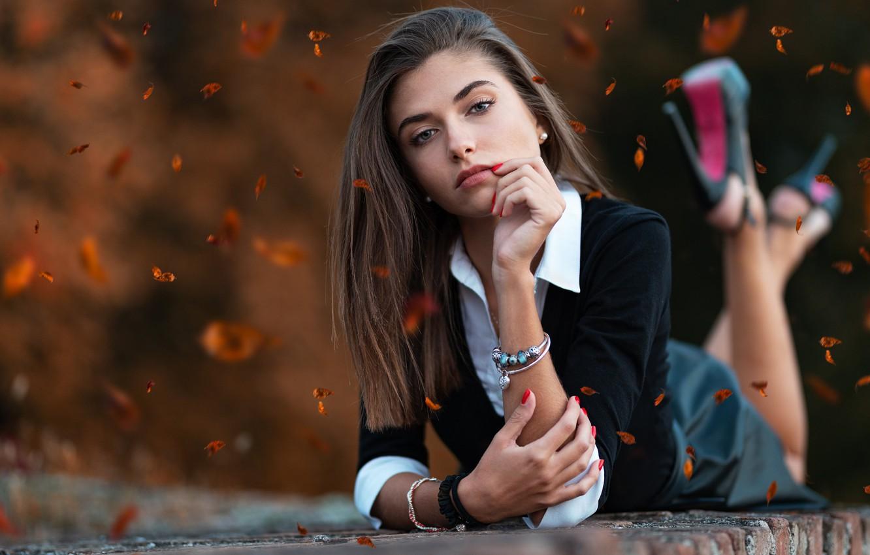 Фото обои осень, взгляд, листья, юбка, Девушка, туфли, лежит, ножки, Giorgia, Marco Squassina