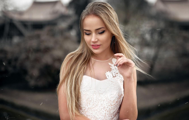 Фото обои поза, фон, модель, портрет, макияж, платье, прическа, блондинка, красотка, стоит, в белом, боке, Mary Jane, …