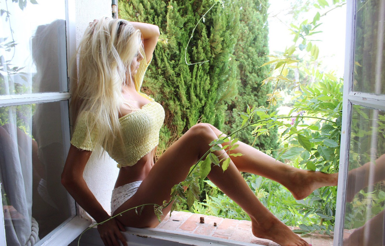Фото обои girl, cleavage, shorts, long hair, legs, breast, photo, barefoot, model, window, face, blonde, body, belly, …