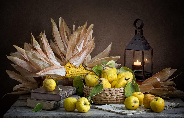 Фото обои темный фон, яблоки, еда, кукуруза, фонарь, посуда, фрукты, натюрморт, композиция, айва