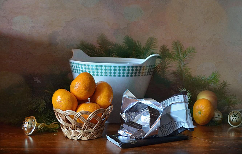 Фото обои стол, праздник, елка, новый год, шоколад, посуда, натюрморт, мандарины, бубенцы