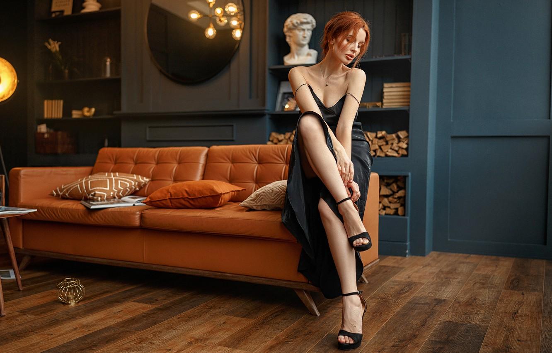 Фото обои девушка, поза, комната, диван, подушки, платье, туфли, профиль, рыжая, плечи, полки, Иван Ковалёв