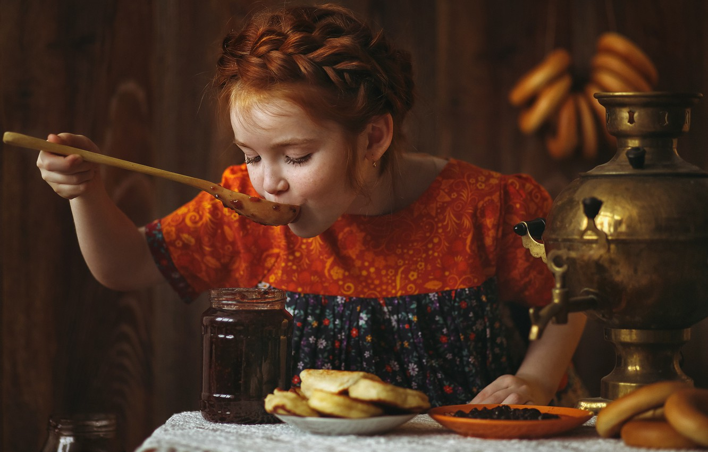 Фото обои стол, платье, тарелка, ложка, девочка, банка, коса, рыжая, самовар, баранки, варенье, сладкоежка, оладьи, подросток