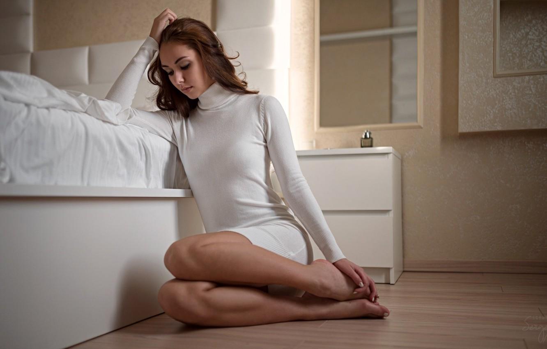 Фото обои поза, модель, кровать, портрет, макияж, фигура, платье, прическа, шатенка, красотка, сидит, в белом, на полу, …