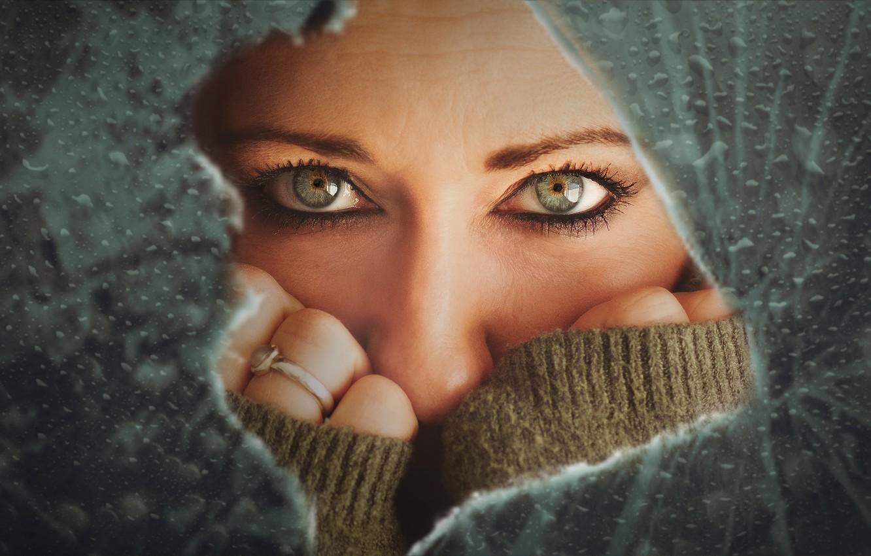 Фото обои глаза, взгляд, девушка, лицо, руки, разбитое стекло