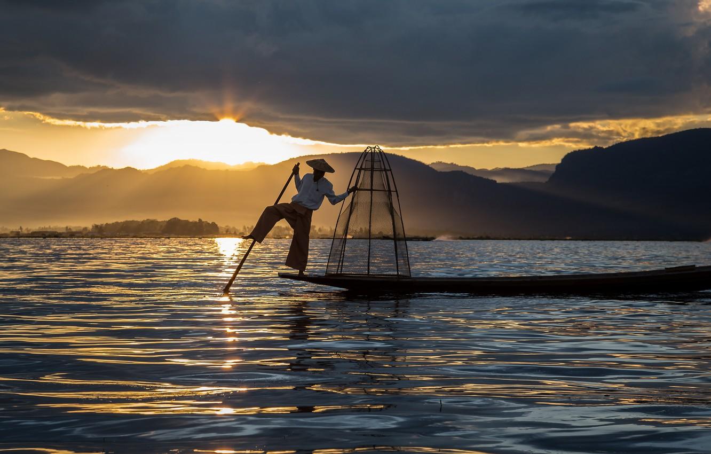 Фото обои небо, свет, закат, горы, тучи, поза, блики, река, сеть, лодка, рыбалка, ситуация, рыбак, мужчина, водоем, …