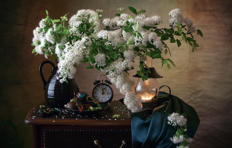 Фото обои ветки, часы, лампа, будильник, сладости, ткань, кувшин, натюрморт, спирея