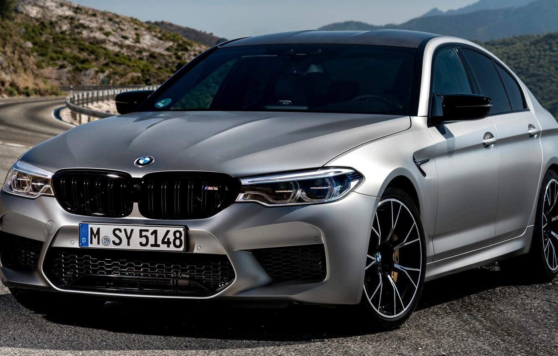 Фото обои серый, BMW, ограждение, седан, горная дорога, 4x4, 2018, четырёхдверный, M5, V8, F90, M5 Competition