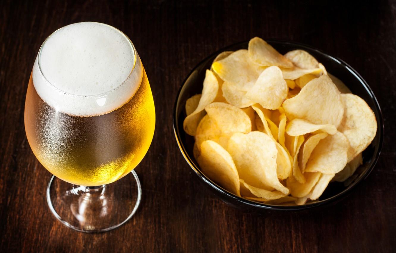 Фото обои пена, бокал, пиво, чипсы