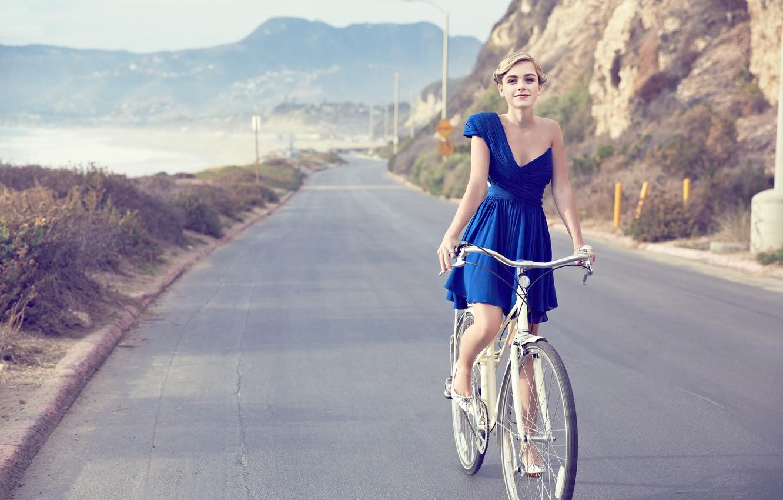 Фото обои дорога, взгляд, природа, велосипед, улыбка, скала, ретро, фон, платье, актриса, Чикаго, прическа, блондинка, красиво, красавица, ...