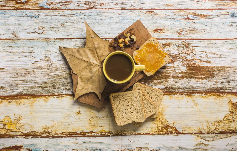 Фото обои осень, листья, фон, дерево, кофе, хлеб, чашка, wood, autumn, leaves, cup, джем, coffee, тосты, breakfast, …
