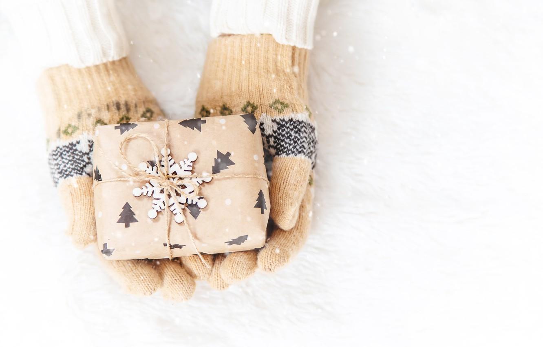 Фото обои зима, снег, снежинки, подарок, сердце, love, heart, winter, варежки, snow, hands, snowflakes, gift box