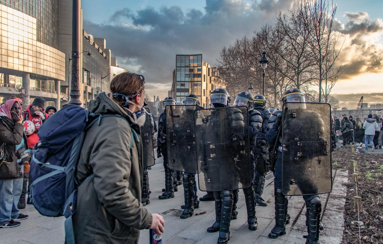 Фото обои город, улица, противостояние