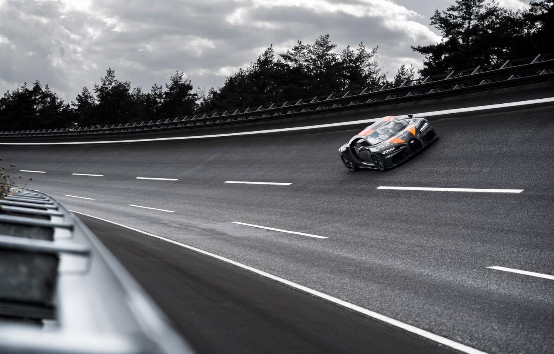 Фото обои асфальт, деревья, поворот, Bugatti, гиперкар, Chiron, Super Sport 300+