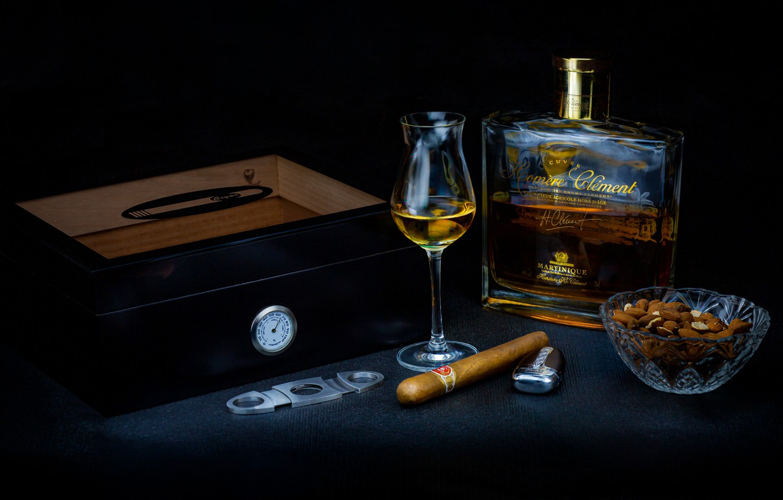 Фото обои коробка, бутылка, зажигалка, сигара, ром, рюмка, орешки