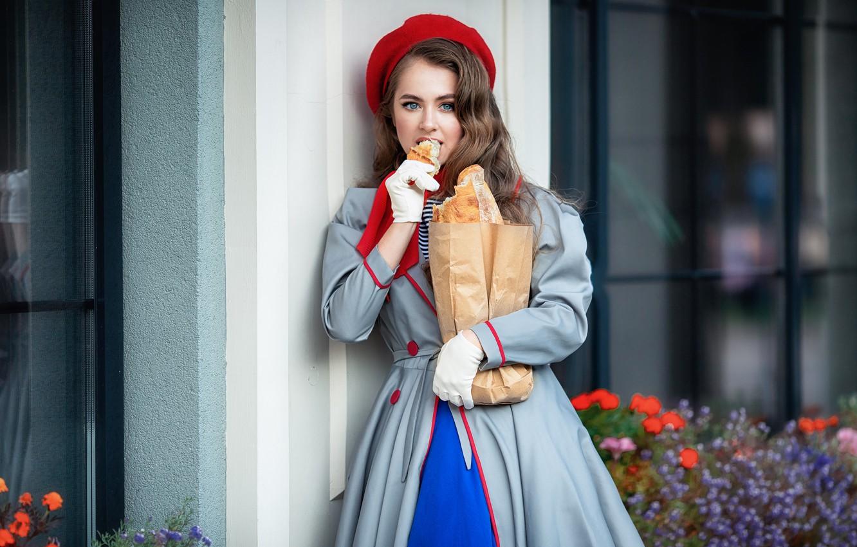 Фото обои девушка, здание, окна, пакет, хлеб, перчатки, шатенка, плащ, берет, локоны, Анастасия Бармина, Бармина Анастасия