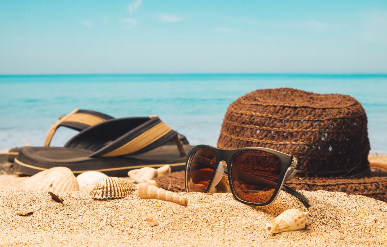 Фото обои песок, море, пляж, лето, отдых, шляпа, очки, ракушки, summer, beach, каникулы, sand, сланцы, vacation, sunglasses, …