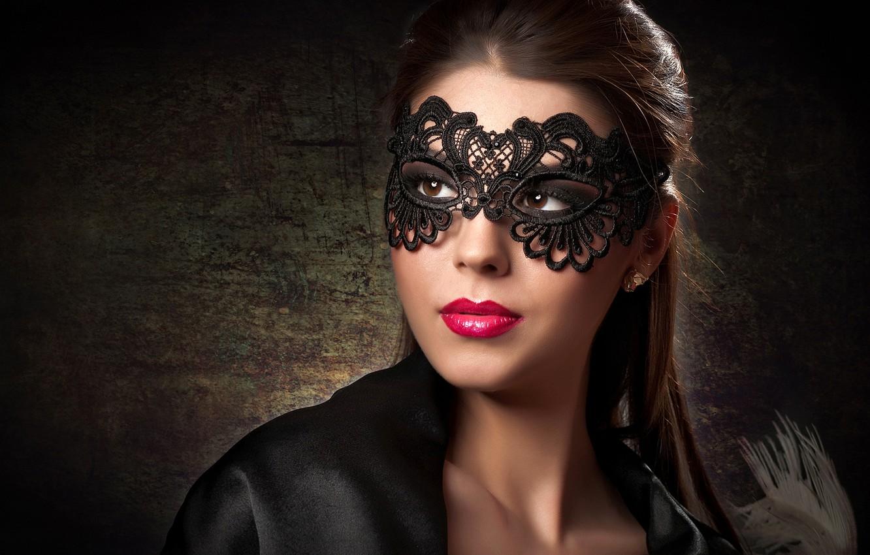 Фото обои взгляд, фон, портрет, макияж, маска, прическа, шатенка, красотка, в черном