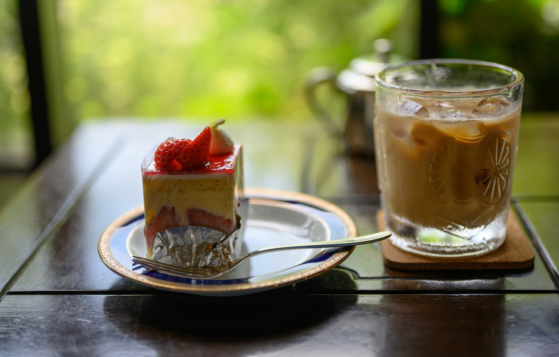Фото обои стакан, ягоды, стол, клубника, тарелка, коктейль, торт, напиток, пирожное, вилка, десерт, зеленый фон, сладкое, боке, …